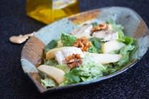 Салат с грушей и сыром бри