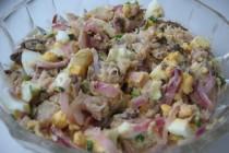 Салат с копченой рыбой и яйцами