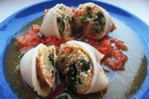 Кальмары, фаршированные кус кусом, помидорами и шпинатом