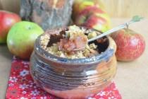Крамбль с яблоками и сливами