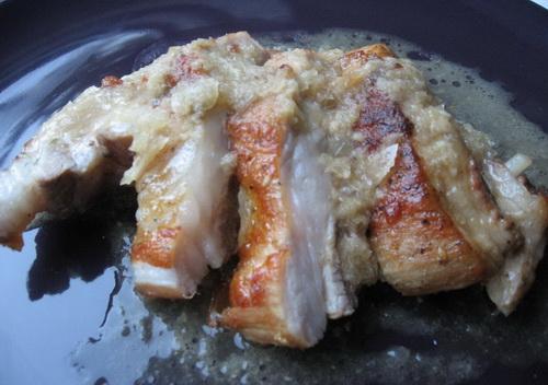 Свиная грудинка в соусе из пива и хлеба