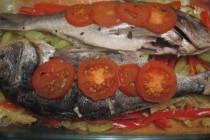 Дорада с чесноком и маслинами на овощной подушке