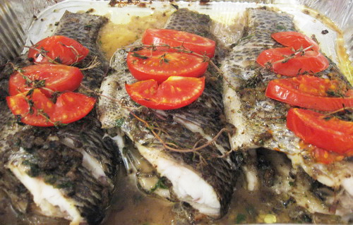 рыба под тапенадом и помидорами