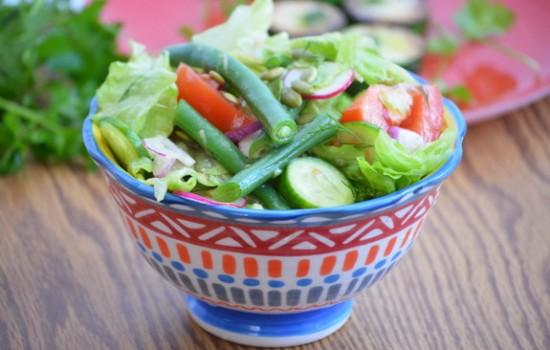 Салат из отварной спаржевой фасоли с огурцами и помидорами