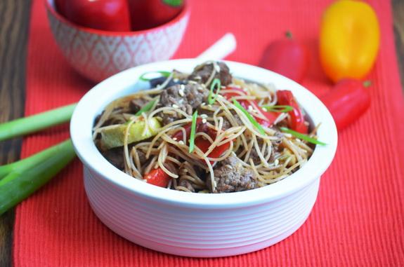 стир-фрай с говядиной, овощами и рисовой вермишелью