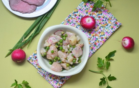 Картофельный салат с зеленым горошком и редисом