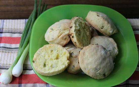 Закусочные сконы с кукурузной мукой и зеленым луком