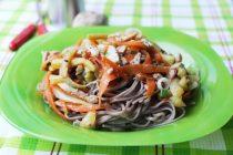 Стир-фрай из курицы, летних овощей и собы