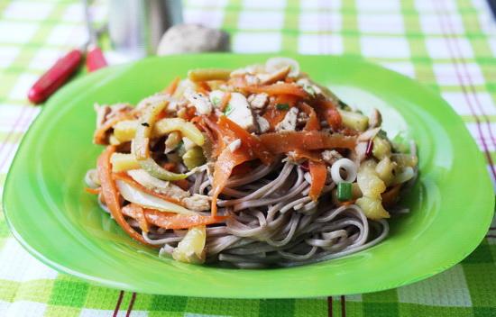 Стир-фрай из летних овощей, курицы и собы