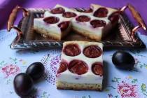 Пирог со сливами и творожной прослойкой