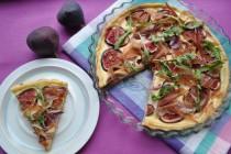 Тарт с инжиром, хамоном и козьим сыром