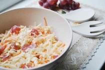 Салат из капусты и винограда с яблочной заправкой