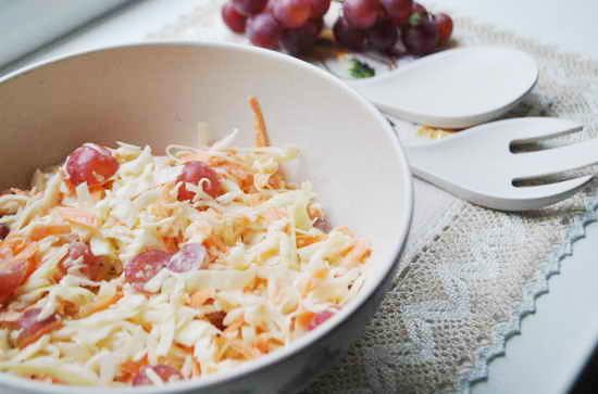 салат с капустой и виноградом