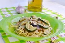 Спагетти с фисташковым песто, курицей и цуккини