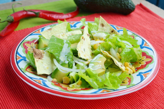 Салат с авокадо, кукурузой и тортильей