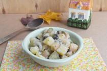 Картофельный салат с грибами и солеными огурцами