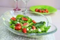 Салат со спаржей и клубникой