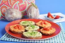 Баклажаны с соусом тахини и пастой из вяленых помидоров