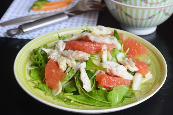 салат с грейпфрутом и сибасом