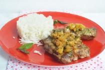 Стейк из свинины с жареным ананасным чатни