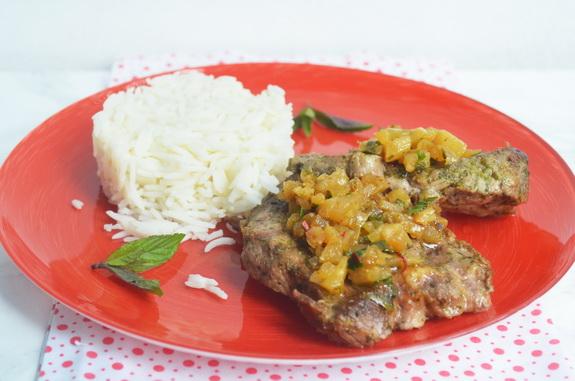 стейк из свинины с  ананасным чатни