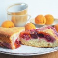 простой пирог с абрикосами и вишнями