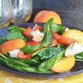 салат с курицей, персиком и печенным перцем