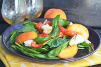 Салат с курицей, персиком и печеным перцем