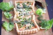 Киш с лососем, шпинатом и зеленым горошком