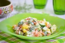 Салат с кукурузой, свежей морковью и йогуртовой заправкой