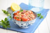 Салат с фарро, помидорами и оливками