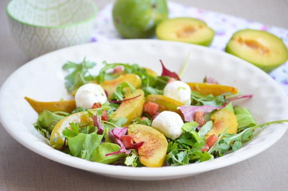 Салат со сливами, мягким сыром и грудинкой
