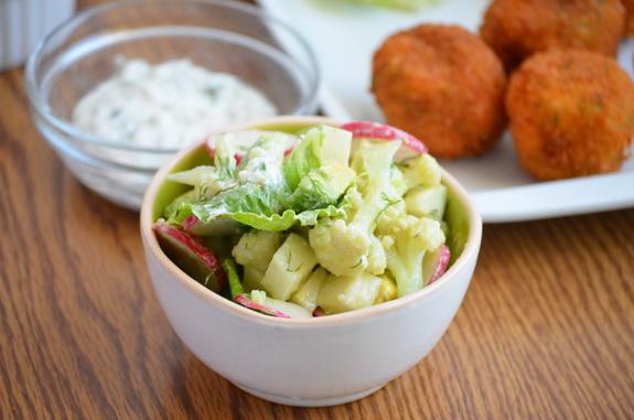 салат с редисом, цветной капустой, авокадо и кольраби