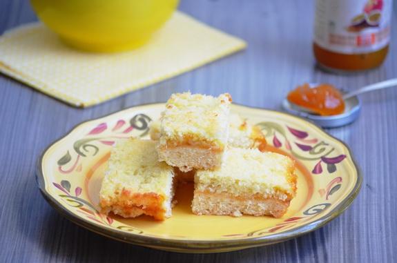 нежный пирог с джемом и кокосовой верхушкой