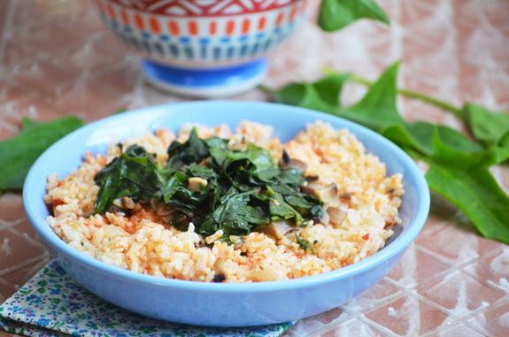рис с томатным соком и шпинатом по-гречески