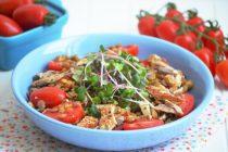 Салат из чечевицы, помидоров и копченой скумбрии