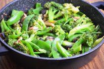 Азиатское овощное рагу с шиитаке, брокколи и сладким горошком