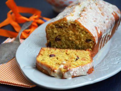 кекс с морковью, кунжутом и глазурью из тхины