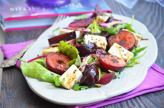 салат из свеклы, сливы и тофу