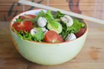 Салат с маринованными грибами и пикантной заправкой