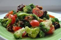 Салат с брокколи и вялеными помидорами