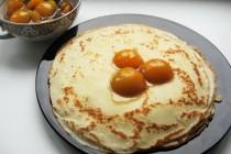 Тонкие блины с абрикосовым соусом