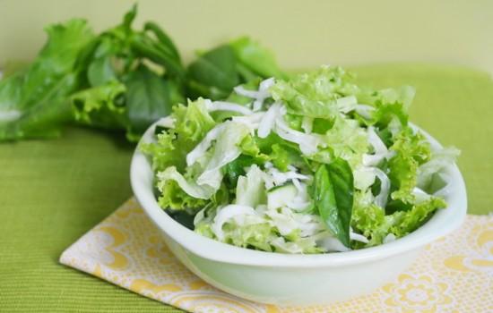 Зеленый салат с лимоном