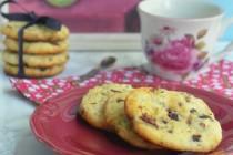 Творожное печенье с шоколадом и сушеной вишней