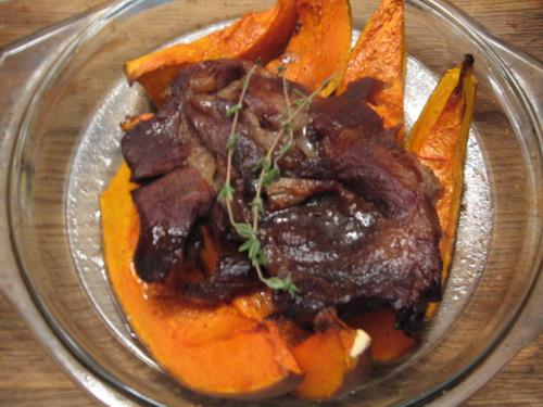 Запеченный свиной ошеек с гарниром из тыквы