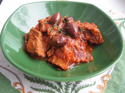 Рагу из отварной говядины с маслинами