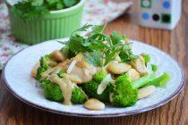 Салат из брокколи и белой фасоли с заправкой из тхины
