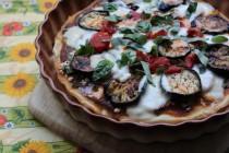 Пицца с баклажанами, остро-пряным соусом и тремя видами сыра