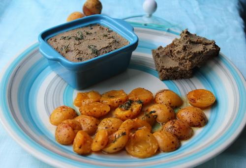 паштет из говяжьей и кроличьей печени с припущенными абрикосами