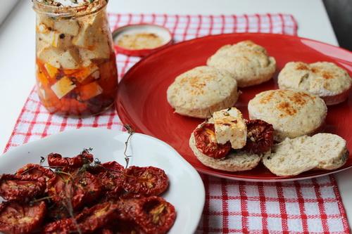 Вяленые помидоры, маринованная брынза
